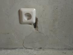 Дефекты при устройстве розетки и выбоины в стене
