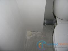 Дыра в полу, отверстие заполнено монтажной пеной